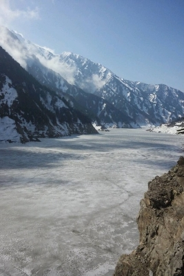 凍った黒部ダムの貯水湖2